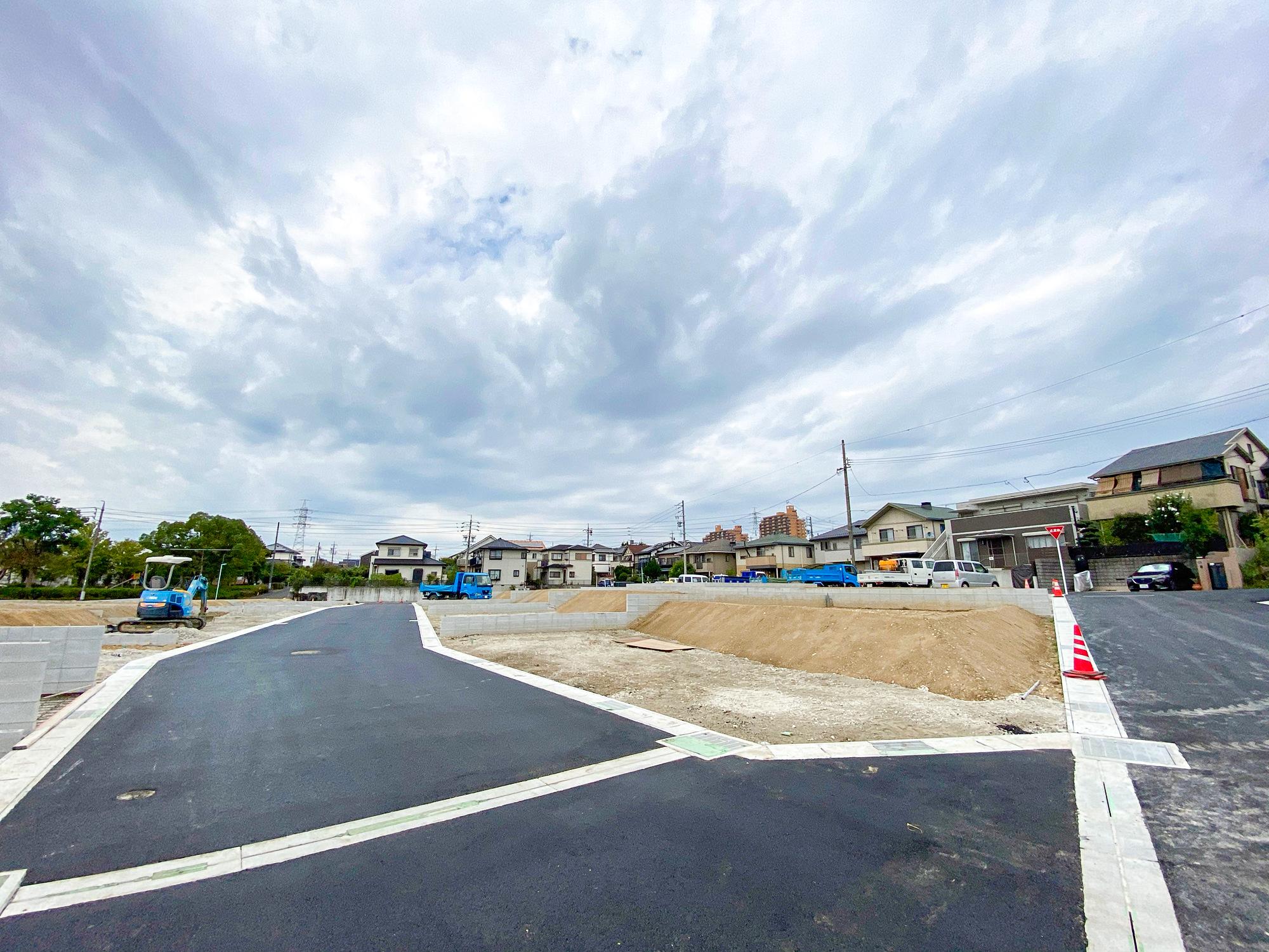 現在造成工事中です。10月9日時点で道路舗装工事まで完了しています。